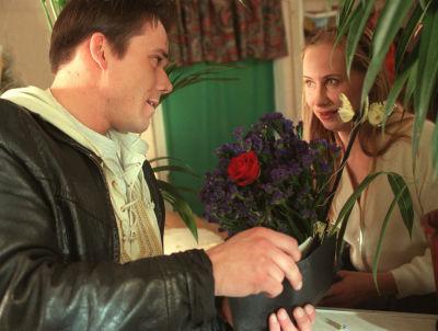 Aku (Nicke Lignell) köper blommor av Kati Outinen i Vägsjälar, 1998
