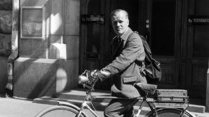 Toimittaja ja radiopersoona Eero Saarenheimo polkupyörän kanssa Yleisradion radiotalon edessä Fabianinkadulla 1959.