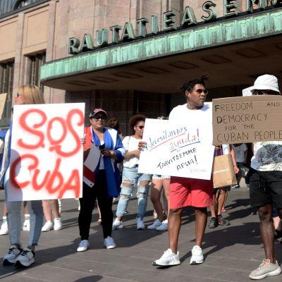 Kubaner i Finland demonstrerar mot regimen och den ekonomiska krisen i Kuba.