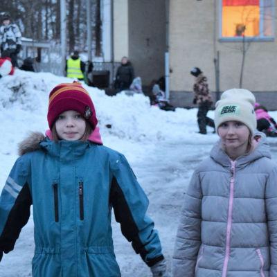 Skoleleverna Agnes Björklöf och Amanda Nyman ute på skolgården.