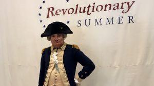 Mueseipedagogen Michael Grillo såpelar George Washington på amerikanska självständighetsdagen i New York.