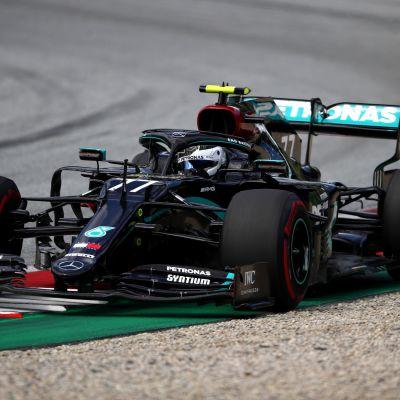 Valtteri Bottas ajaa Itävallan radalla.