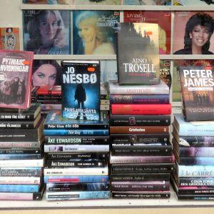 Deckare i ett bokhandelsfönster.