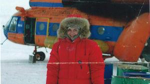 Eve Hietamies Siperiassa helikopterin edessä