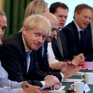 Premiärminister Boris Johnson presiderar över sitt första regeringsmöte.