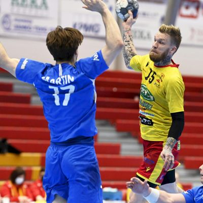 Cocksin Teemu Tamminen heittää Dickenin Ian Martin (vas.) ja Benny Broman puolustavat käsipallon miesten SM-liigan kolmannessa loppuottelussa