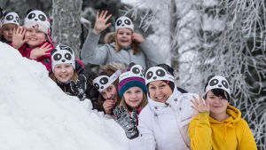 Skolelever från Otsonkoulu skola i Etseri tillsammans med sin lärare Anu Kujansuu.