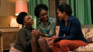 Tish och hennes mamma och syster i familjesoffan i If Beale Street Could Talk.