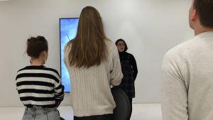 Museilektor Melanie Orenius berättar om den tysta guidningen