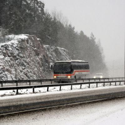 Buss kör i snöoväder längs Borgå motorväg