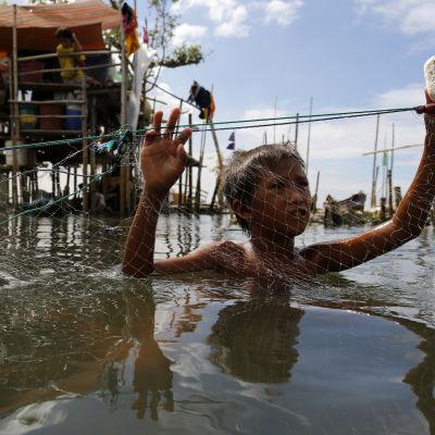 Filippinsk pojke i havet
