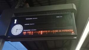 Anslagstavla för avgående och ankommande tåg.