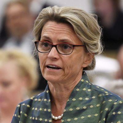Bild på Päivi Räsänen som talar i riksdagen.