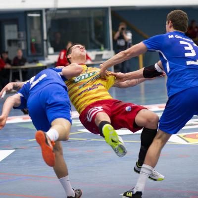 Dickens Filip söderlund och Max Granlund försvarar hårt mot Nico Rönnberg i den första handbollsfinalen 2019.