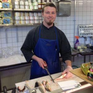 Fiskförsäljare Juho Keijonen i Sandvikens saluhall i Helsingfors