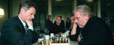 Valtiovarainministeri Sauli Niinistö (vas) ja toimittaja Aarno Laitinen pelasivat shakkia eduskunnan kuppilassa perjantaina. Taustalla Jarkko Juselius ja Jaakko Hautamäki.