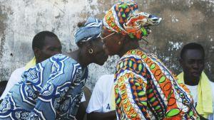 Kaksi beniniläisnaista tanssivat.