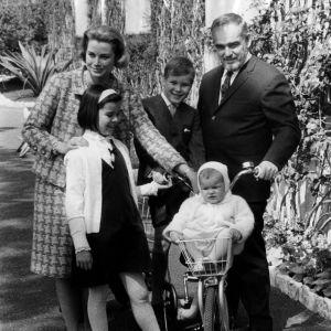 Kungafamiljen i Monaco år 1966. Från vänster drottning Grace, prinsessan Caroline, prins Albert, prinsessan Stephanie och kung Rainier.