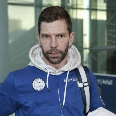 Janne Ahonen på flygplatsen inför avfärden till Sydkorea.