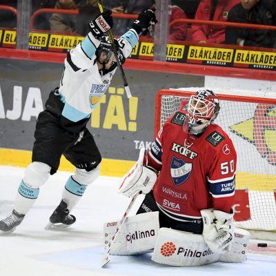 Juhamatti Aaltonen firar ett mål bredvid Frans Tuohimaa.