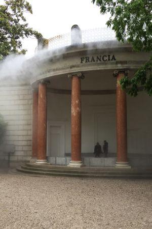 Mist sipprar fram från den franska paviljongbyggnaden i venedig 2019.