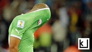 Jalkapallopelaaja piiloutuu paitaansa tappion jälkeen.