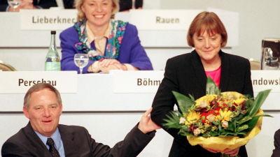 Angela Merkel väljs till partisekreterare 1998