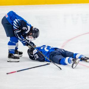 Sanni Hakala ligger på isen.
