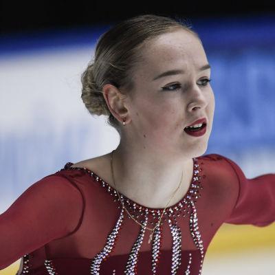 Anita Östlund skrinnar med armarna utbredda.