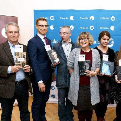 De nominerade för Fack-Finlandiapriset poserar i grupp.