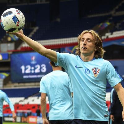 Luka Modric håller i en boll