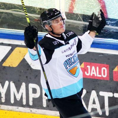 Pelicans back Julius Honka firar 4–3-segermålet i Åbo.