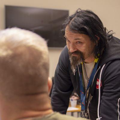 Ismo Tuomisto toimii vertaisohjaajana Kriminaalihuollon tukisäätiön Hard Luck -nettikahvilassa.