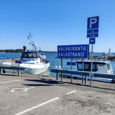 Två båtar vid en hamn.