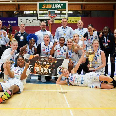 Peli-Karhut juhli voittoa koripallon naisten Suomen cupin loppuottelussa. 26.1. 2020