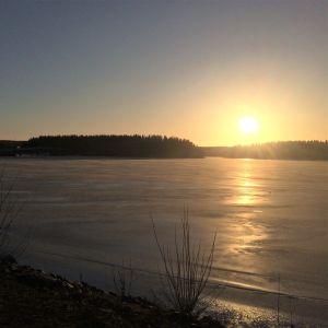 Aurinkoinen talvimaisema Kallavedellä