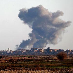 Svarta rökmoln efter en flygräd mot IS-styrkor i östra Syrien