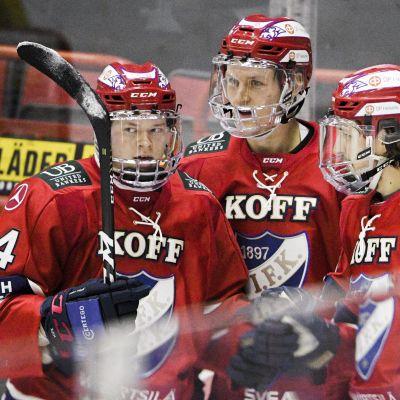 HIFK:n pelaajat Alex Broadhurst, Teemu Tallberg ja Miro Väänänen juhlivat.