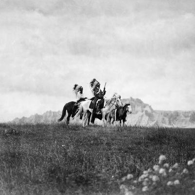 Kolme sioux-intiaania ratsailla.