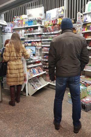 En man och en kvinna i en kiosk i Ryssland. Det är lätt att köpa sin tidning som lösnummer, men också prenumerationer är vanliga i Ryssland.