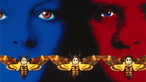 Uhrilampaat-elokuvan julistekuvan versio, kahdet kasvot, sinistä ja punaista ja mustaa ja pääkallokiitäjiä.