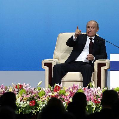 Vladimir Putin svarar på frågor under Apec-toppmötet i Peking 10.11.2014.
