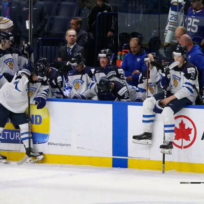 Finlands spelare deppar efter kvartsfinalförlusten mot Tjeckien.