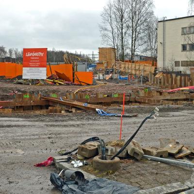 Infotavla och höghus vid västmetrobygget i Ängskulla.