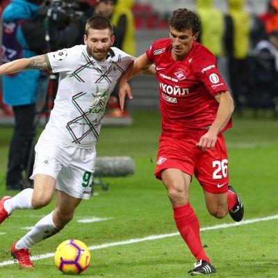 Rubin Kazanin Vitali Ustinov ja Spartak Moskovan Roman Eremenko kamppailevat pallosta.