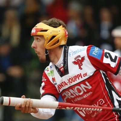 Manse PP:n Juuso Myllyniemi näpäyttää palloa Superpesiksen ottelussa Manse PP vs KPL.