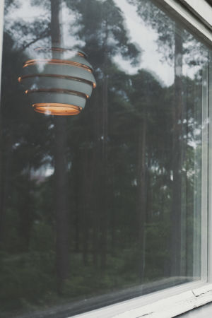Artek-lampan Mehiläispesä sedd genom ett fönster