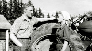 Kotimaisen elokuvan päärooleissa ovat Anneli Sauli ja Åke Lindman.