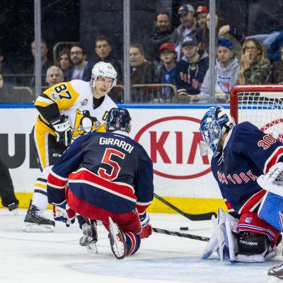 Sidney Crosby skjuter in pucken via Henrik Lundqvists målvaktsmask, april 2017.