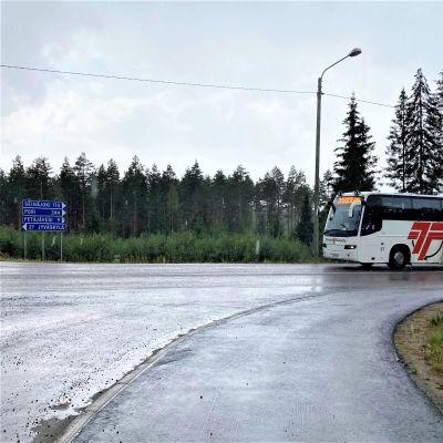 Töysän Linjan linja-auto matkalla Jyväskylään päin.